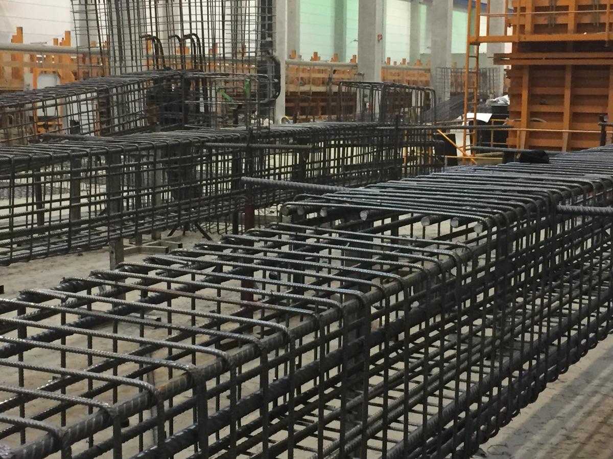 Eisenflechter, Betonstahlarmierung, Bewehrungsbau, Baustahlarmierung von Betonstahl Halle GmbH, im Werk und auf Außenbaustellen